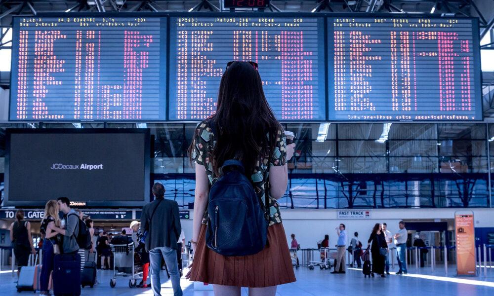 Distanciamiento social en salas de espera de aeropuertos