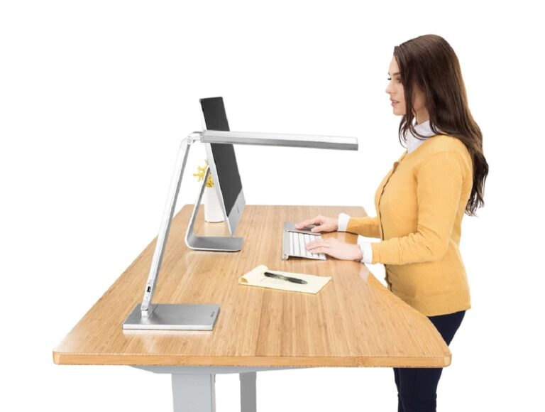 Los escritorios elevables y sus beneficios para la salud