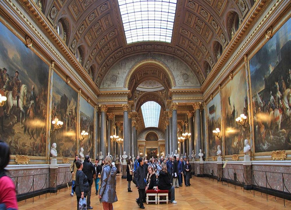 El rey vivía con lujos en Versalles, mientras el pueblo moría de hambre. Esa fue una causa de la Revolución Francesa.