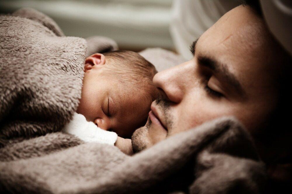 Padre con recién nacido