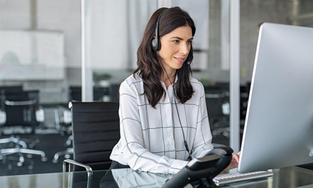 Recepción de llamadas, una de las principales funciones de un auxiliar administrativo