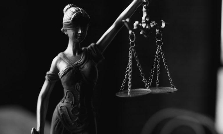 El titular es una persona que posee la tenencia de un derecho u obligación