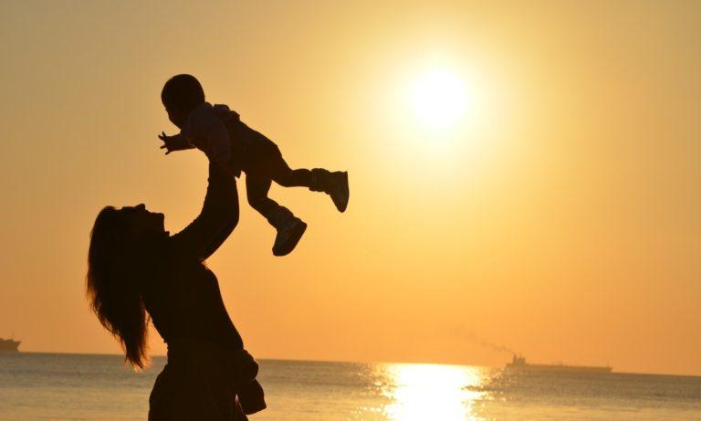 En el teléfono gratuito de ayuda a la madre trabajadora se puede solicitar la deducción por hijos menores de 3 años