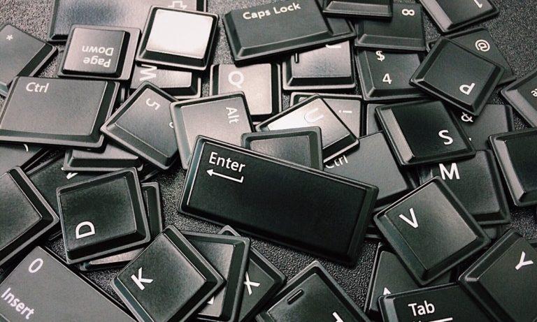 Antes de escoger el teclado inalámbrico, fíjate de la batería del mismo